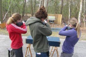 Jongelui schieten op een doel